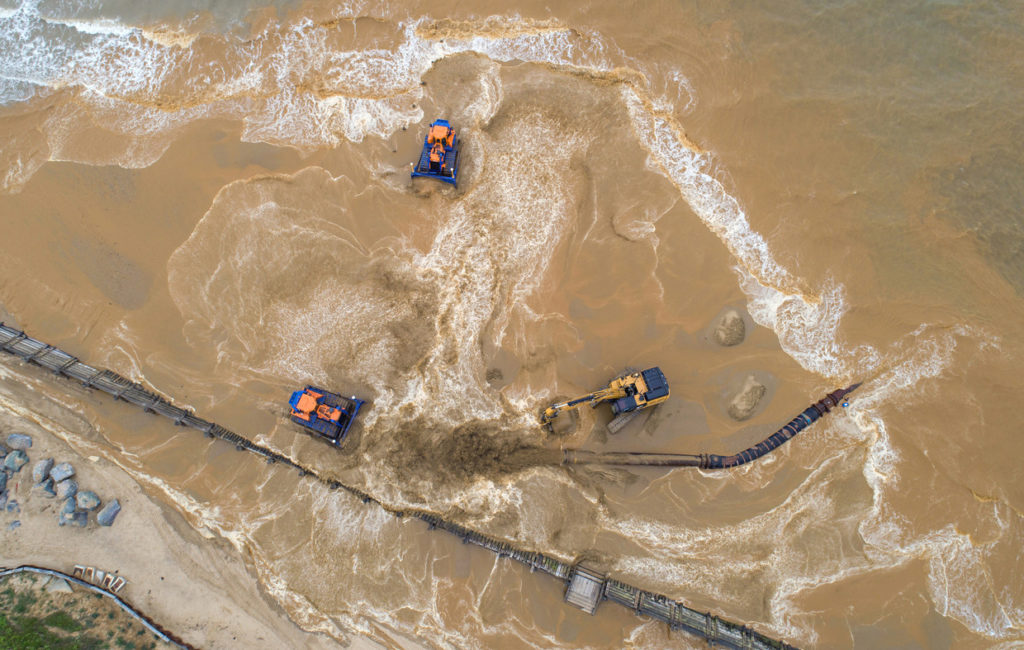 Dutch sand engine saves English coastal towns (Trouw)