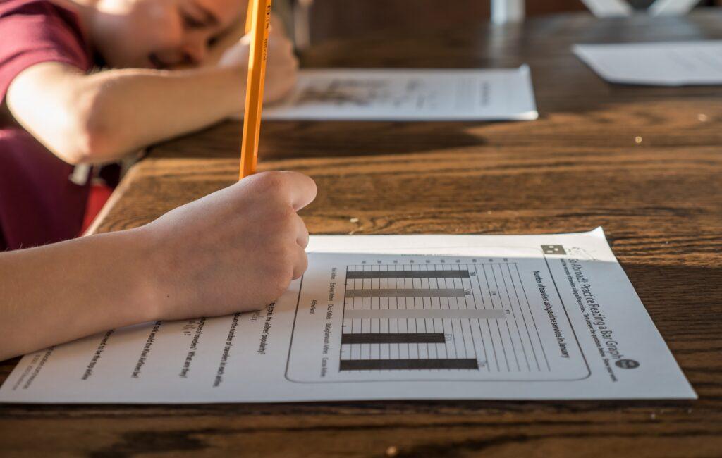 Thuisonderwijs: extra uitdaging voor ouders van meertalige kinderen (NU.nl)